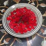 magifiques compositions de roses dans tout le riad