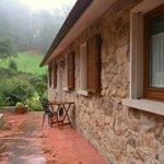 Fachada lateral de la casa y acceso a las habitaciones