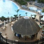Piscine et bar de la piscine prise de la chambre au 6e étage