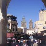 Dall'arco centrale si ha una bellissima vista di un alto minareto.
