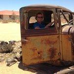 Eén van de oude auto's voor het hotel