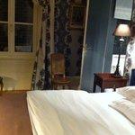 une belle chambre avec un lit douillet.