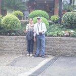 Em frente a recepção do hotel