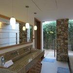 Ванная комната с выходом к душу и в сад
