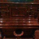 Un piano antiguo muy bien conservado