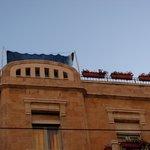 Вид на открытую площадку на крыше отеля с улицы Яффо