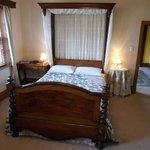 Antique Queen Room, Upstairs