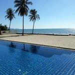 Swimmingpool mit hellem Sandstrandbereich