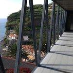 Вид с моста на океан и деревушку
