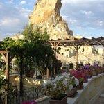 la terrasse avec en fond le célèbre rocher d'Ortahisar
