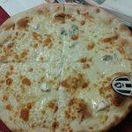 Pizza ai 4 formaggi bianca e con sorpresa