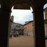 La piazza da un'arcata del portico del Duomo