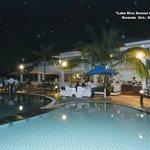 Foto nocturna de la piscina
