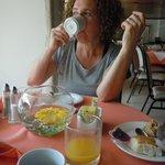 Tomando un rico desayuno. Pruebe la papaya, la piña y la patilla o sandía!