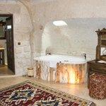 BATH IN MAIN BEDROOM OF CAVE HOTEL