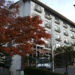 紅葉が映える白い6階建てホテル