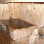 今年できたばかりの無料貸し切り露天風呂は檜造り(温泉ではありません)