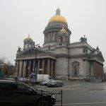 вид Исаакиевского собора, он напротив Англетера.