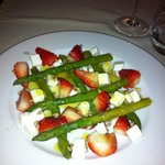Salat with aspargus, strawberries and coat cheese