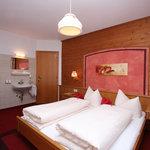 Wohnung 3 - Schlafzimmer mit Waschbecken