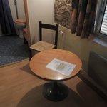 minitafel en armtierig stoeltje op kamer van 4