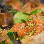 Pizza con mous di zucchina, salmone marinato con zenzero vaniglia e limone, trito di pistacchi d