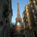 Visão da Torre Eiffel a da frente do Café Castel.