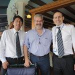 En el comedor con dos amigos