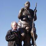 """Jens Galschiøt sammen med skulpturen """"Survival Of The Fattest""""."""