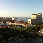 vue de notre balcon au 9eme etage: la mer