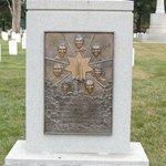 Lápida que recuerda la tragedia del Challenger, en 1986