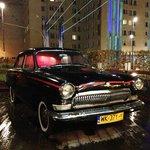 店外には古い社会主義時代の自動車が飾られていました