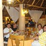 Cenando en el restaurante del hotel a unos metros de la piscina y de la habitación de mi cuñada
