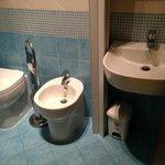 Il bagno en suite (nuovo e ben fatto)