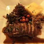Chevreuil, polenta, choux rouge façon choucroute, champignons d'automne, baies rouges.