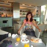 En el bar disfrutando desayuno continental