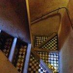 Les escaliers typiques de Fes, superbes, tout en zelliges !!!