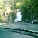 es por la entrada a la cola de Caballo y esta cascada pequeña alimenta a la cascada