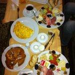 odamızda sabah kahvaltısı :) harıkaydı