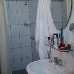 banheiro razoável, mas pequeno.
