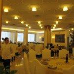 Speisesaal, sehr sauber, man wird mit weißen Handschuhen bedient!