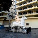 Skulptur til hyldest for EU ved hotellets bagindgang.