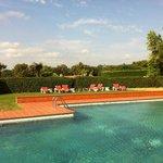 La piscine et ses espaces verts