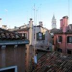 Vue de la chambre sur les toits de Venise