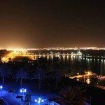 вид на город и залив ночью