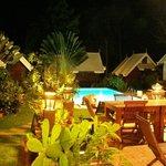 La terrasse et la piscine de nuit