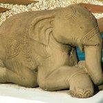 Statue d'élephant au bord de la piscine