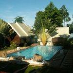 Vue d'ensemble de la piscine et des bungalows