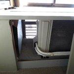 7 窓の下の台の中に設置されたエアコン室外機
