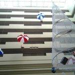 Vista sui corridoi delle stanze in chiave natalizia